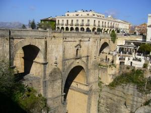 Puente Nuevo de Ronda. Podemos apreciar con claridad la importancia de la construcción para el desarrollo posterior de la ciudad y la enorme simbología del mismo.