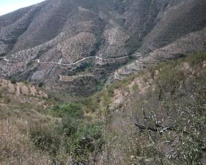 Vista general del acondicionado Camino Rural que permite el acceso al núcleo de los Gálvez, perteneciente al municipio de Rubite en Granada,  lo que mejora de forma sustancial la accesibilidad al mencionado enclave.