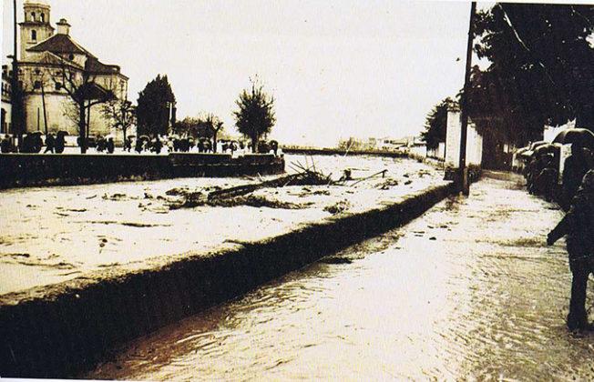 La-crecida-del-Genil-arranca-el-puente-pasarela-de-las-Brujas-el-16-de-Febrero-de-1963-1-652x420